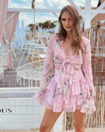 Lekka, zwiewna i frywolna jedwabna spódnica Sally SIlk w kolorze różu z dużymi kwiatami. Idealny styl na lato. Lovin