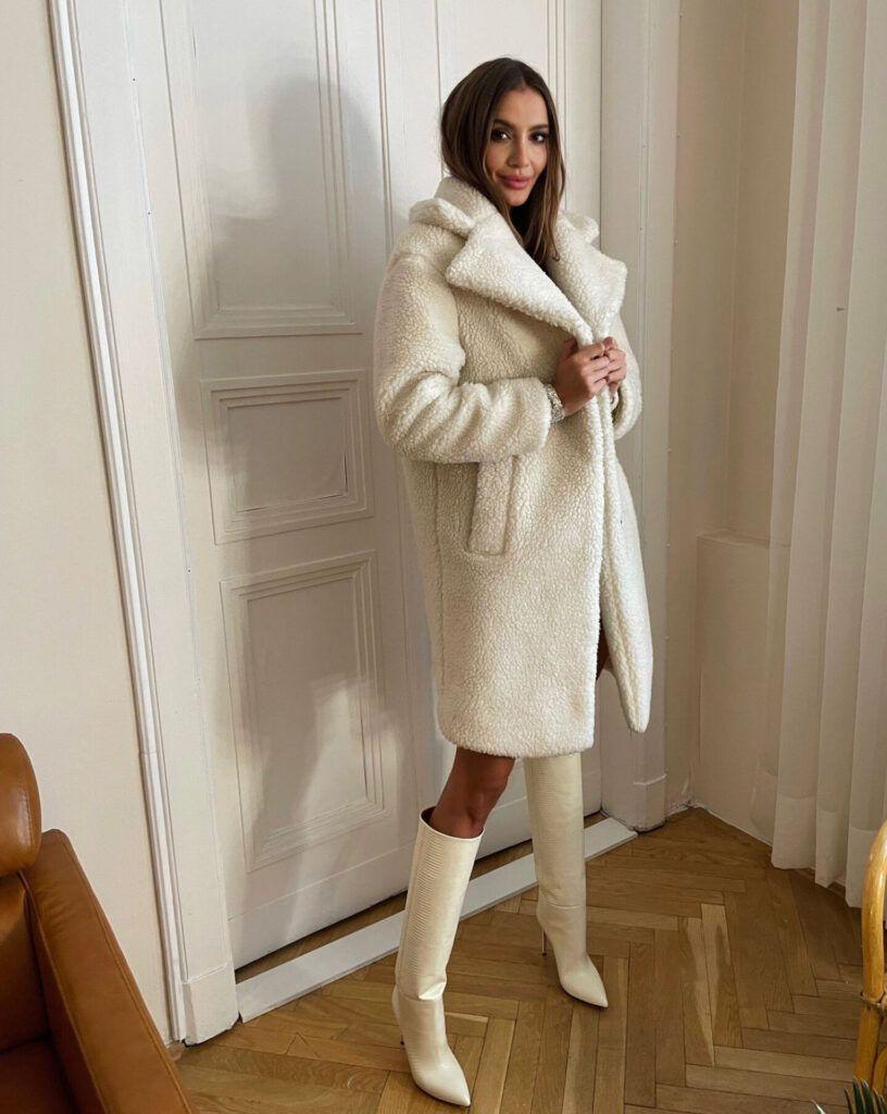 """Piękny, zimowy płaszcz """"baranek"""" w jasnym, kremowym kolorze"""